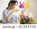 花に水をやる女性 61362524