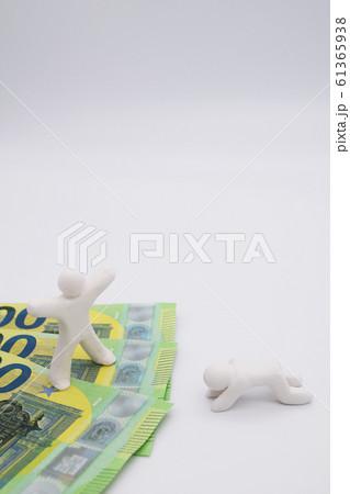 ユーロ札の上に乗って喜んでいる人 何もなく落ち込んでいる人 縦位置 白背景 61365938