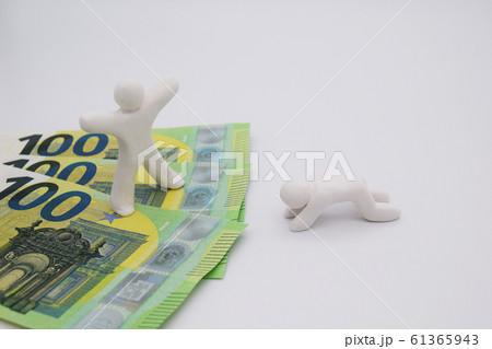 ユーロ札の上に乗って喜んでいる人 何もなく落ち込んでいる人 横位置 白背景 61365943