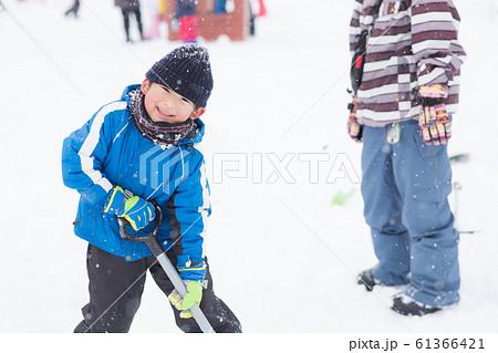 雪を楽しむ子供 61366421