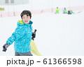 雪を楽しむ子供 61366598