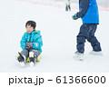 雪を楽しむ子供 61366600