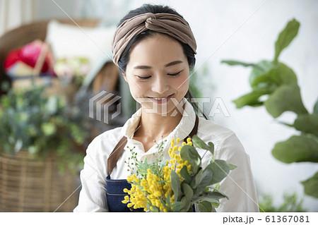 女性 ビジネス 仕事 趣味 花屋 フラワーアレンジメント ハンドメイド 61367081