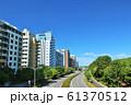 爽やかな青空のマンション街 61370512