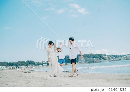 海水浴を楽しむ家族 61404335
