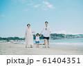 海水浴を楽しむ家族 61404351
