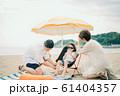 海水浴を楽しむ家族 61404357