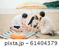 海水浴を楽しむ家族 61404379