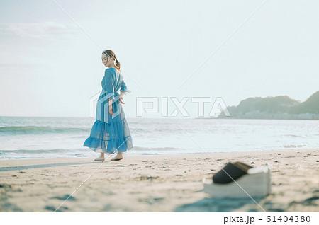 海にいる女性 61404380