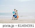 海水浴を楽しむ家族 61404391