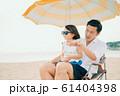 海水浴を楽しむ家族 61404398
