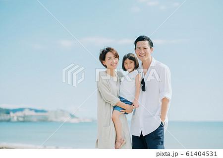 海水浴を楽しむ家族 61404531