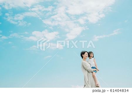 海水浴を楽しむ家族 61404834