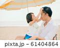 海水浴を楽しむ家族 61404864