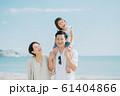 海水浴を楽しむ家族 61404866