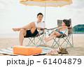 海水浴を楽しむ家族 61404879