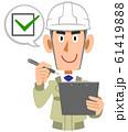点検および確認する建設現場の工務店員の男性 61419888