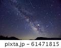 尾瀬ヶ原から見る夏の天の川と流れ星 61471815