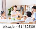 家族で食事 明るい食卓 61482589