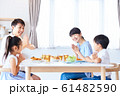 家族で食事 明るい食卓 61482590