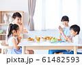 家族で食事 明るい食卓 61482593