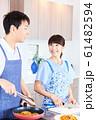 料理をする男女 明るい台所 61482594
