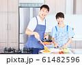 料理をする男女 明るい台所 61482596