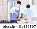 料理をする男女 明るい台所 61482597
