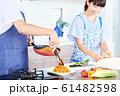 料理をする男女 明るい台所 61482598