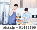 料理をする男女 明るい台所 61482599