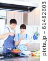レシピを調べる男女 明るい台所 61482603
