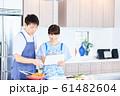 レシピを調べる男女 明るい台所 61482604