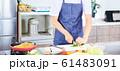 料理をする男性 明るい台所 61483091