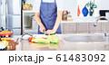 料理をする男性 明るい台所 61483092