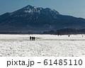 残雪の尾瀬ヶ原を行く登山者と燧ヶ岳 61485110