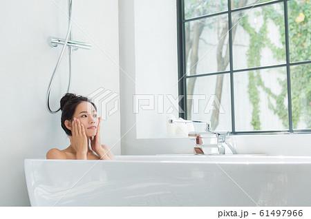 入浴する女性 61497966