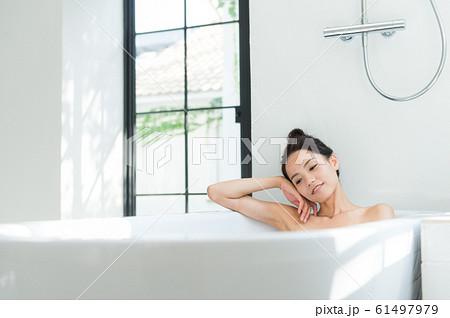 入浴する女性 61497979