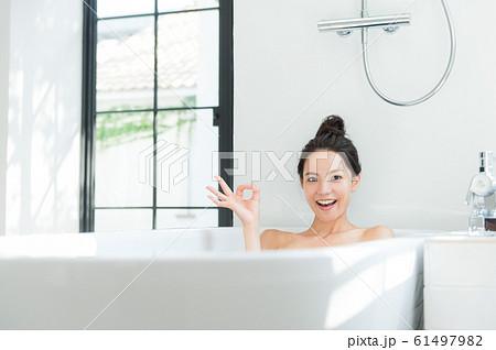 入浴する女性 61497982