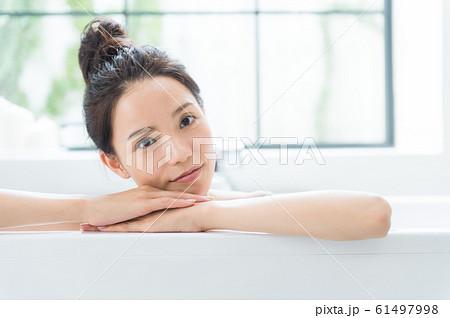 入浴する女性 61497998