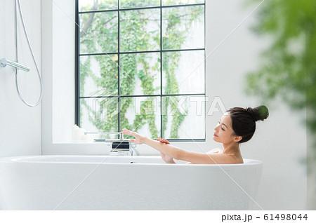 入浴する女性 61498044