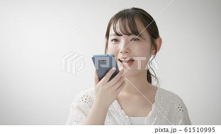 音声アシスタントを使う女性 61510995