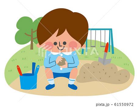 砂遊びする園児 61550972