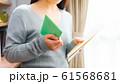 郵便物を確認する女性 16:9 61568681