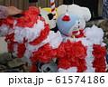 作り花囲まれ 人形 61574186