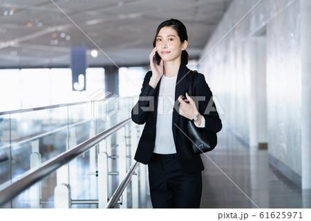 女性 ビジネス クール ポートレート 61625971