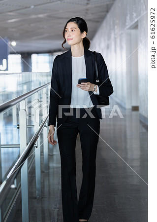 女性 ビジネス クール ポートレート 61625972