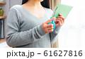郵便物を開封する女性 16:9 61627816
