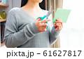 郵便物を開封する女性 16:9 61627817