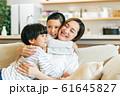 家族 親子 母親 ママ 子供 団欒 61645827