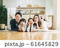 家族 親子 家庭 家 ポートレート 61645829